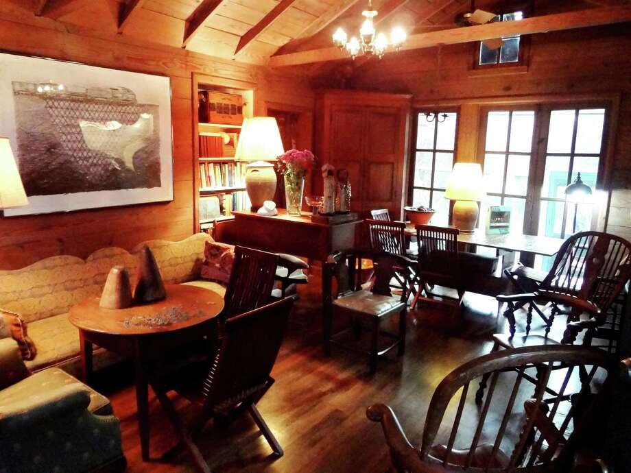 Marilyn Lanfear's living room has the warm, cozy feel of a cabin. Photo: Steve Bennett / San Antonio Express-News