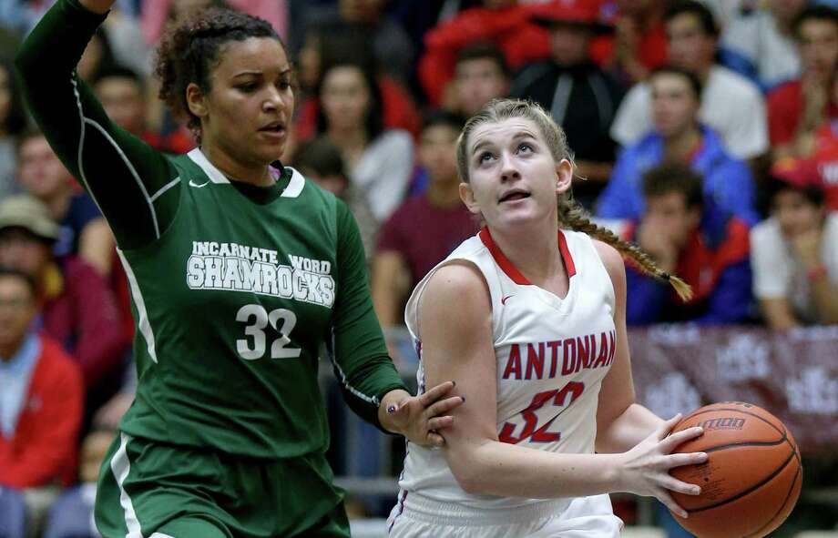 Antonian's Bailey Boyle (right) drives to the basket around Incarnate Word's Makayla Mabry on Jan. 5, 2017 at the Alamo Convocation Center. Antonian won in overtime 66-64. Photo: Edward A. Ornelas /San Antonio Express-News / © 2017 San Antonio Express-News