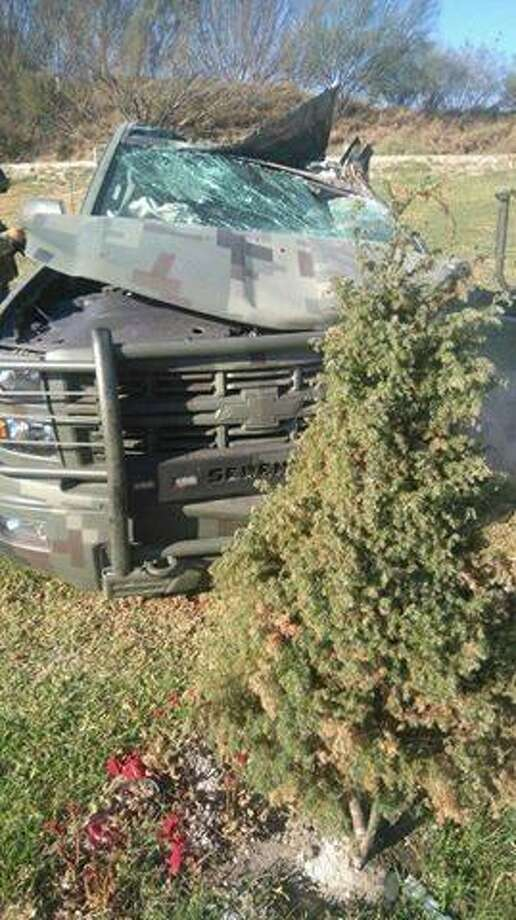 El vehículo militar se volcó tras pasar dispositivos poncha llantas utilizados por los sospechoso en bulevar Colosio. Photo: Foto De Cortesía