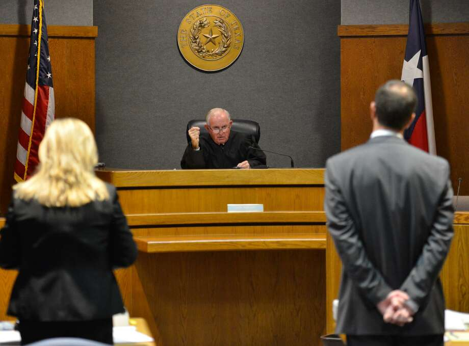 Judge Jack Robison speaks to defense attorney Gina Jones (left) and Assistant District Attorney Sammy McCrary prior to the resumption of the capital murder trial of Lane Waldren in the Comal County Justice Center Thursday. Photo: Robin Jerstad / San Antonio Express-News