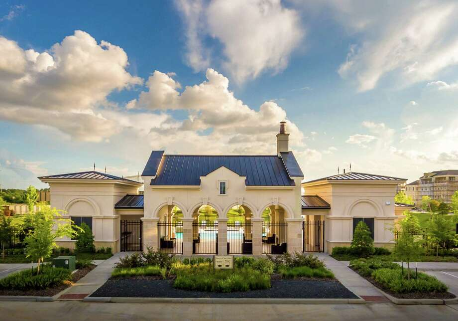 Somerset Green is on 46 acres off Old Katy Road near the Houston Design Center. It offers a location accessible to downtown and the Galleria.