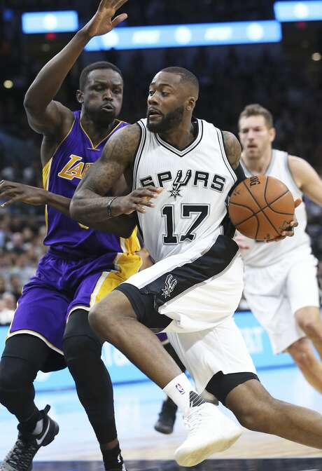 Jonathon Simmons streaks to the hoop in the first half against Luol Deng as the Spurs host the Lakers at the AT&T Center on January, 12, 2017. Photo: Tom Reel/San Antonio Express-News