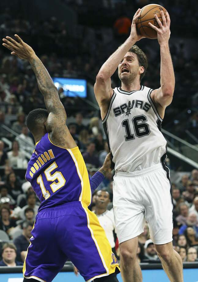 Pau Gasol heads to the basket for a shot against Thomas Robinson in the first half as the Spurs host the Lakers at the AT&T Center on January, 12, 2017. Photo: Tom Reel/San Antonio Express-News