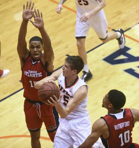 Jailyn Ingram, left, and Nick Rutherford (10) of Florida Atlantic defend as Giovanni De Nicolao of UTSA drives during first-half college basketball action in the UTSA Convocation Center in San Antonio on Thursday, Jan. 12, 2017. Photo: Billy Calzada, Staff / San Antonio Express-News