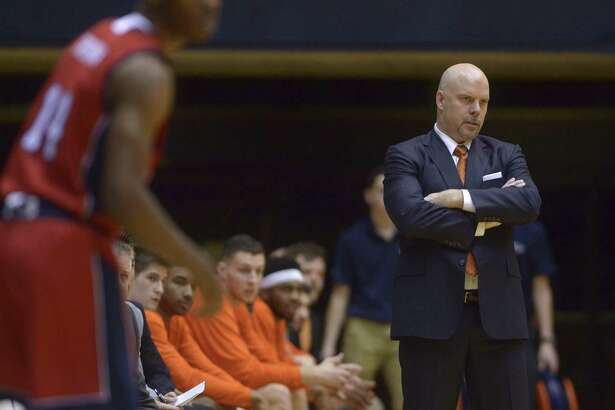 UTSA coach Steve Henson watches his team play against Florida Atlantic at the Convocation Center on Jan. 12, 2017.