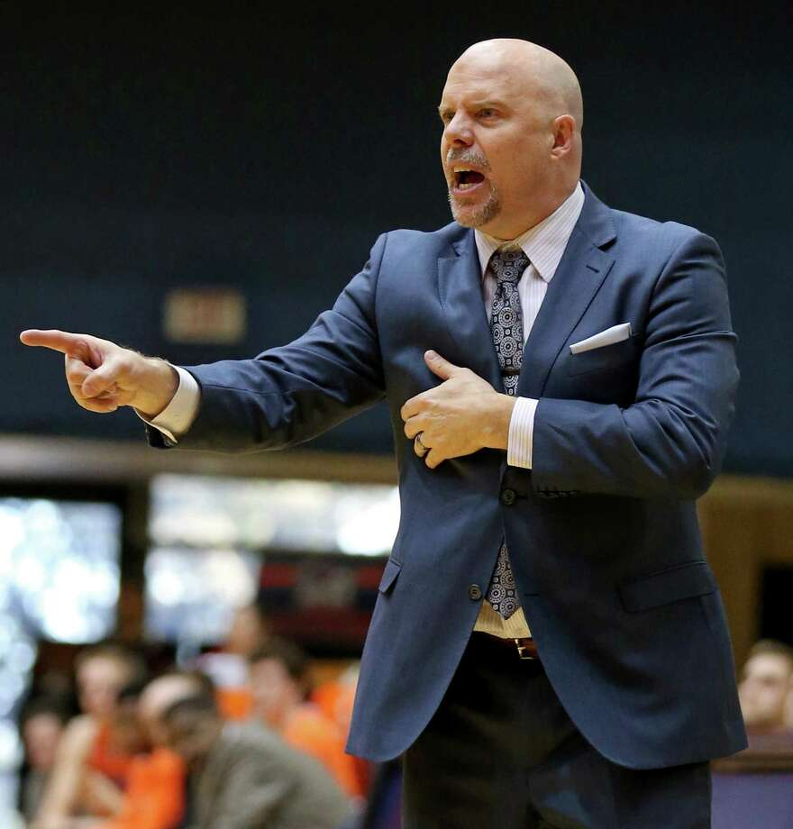 UTSA coach Steve Henson calls a play during second half action against UTEP on Jan. 1, 2017 at the Convocation Center. Photo: Edward A. Ornelas /San Antonio Express-News / © 2017 San Antonio Express-News