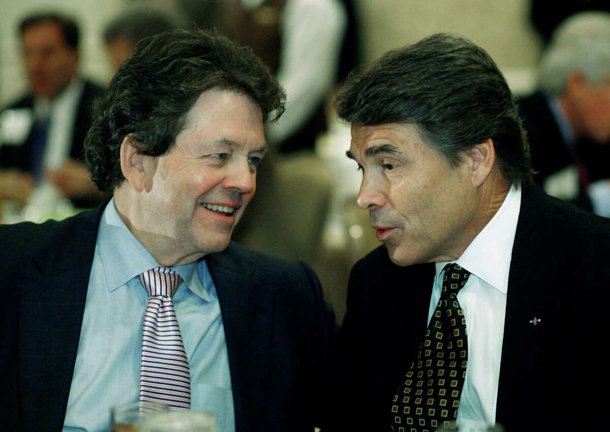Economist Arthur Laffer, left, talks with then-Gov. Rick Perry during a luncheon in 2008.