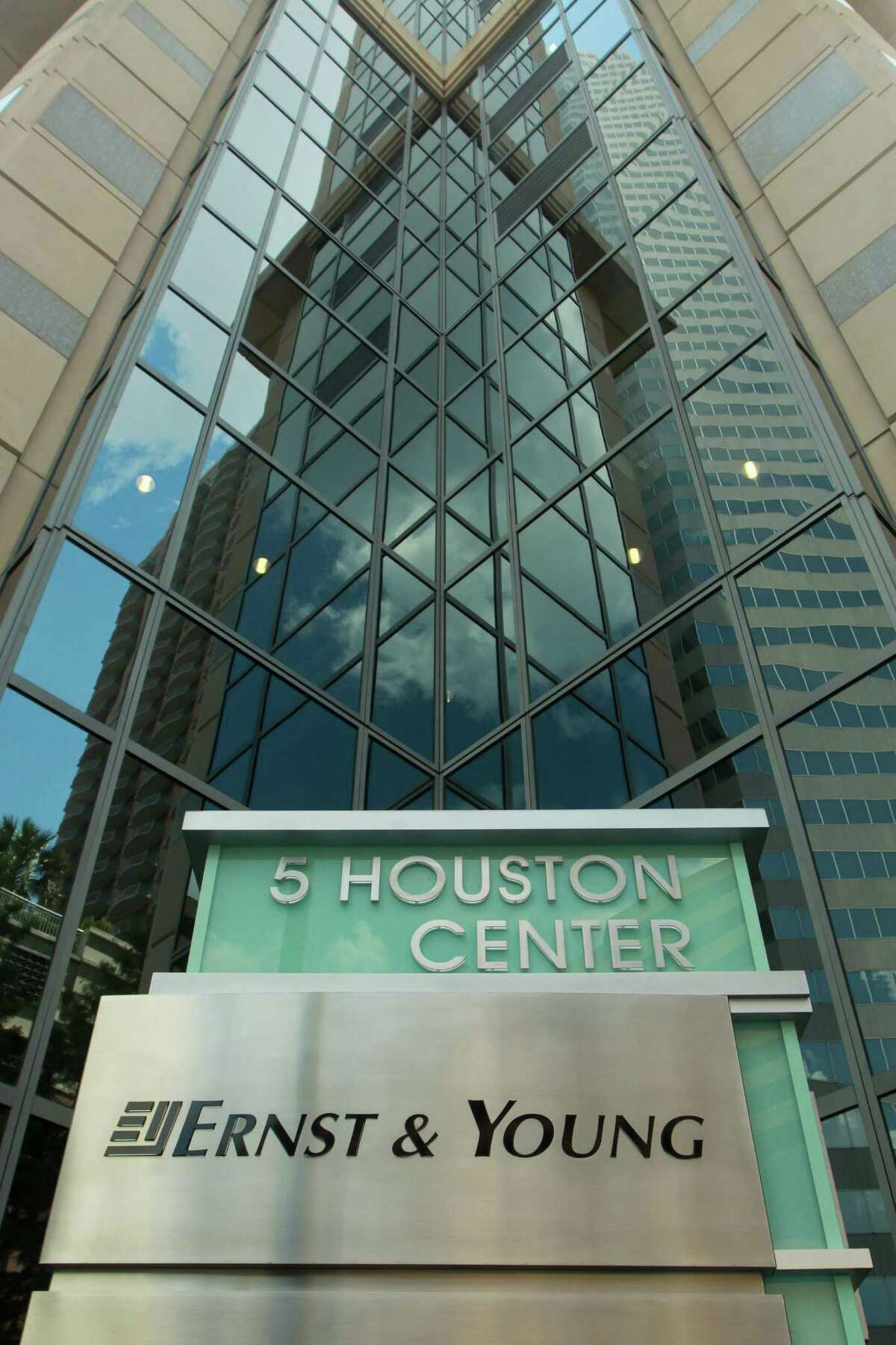 5 Houston Center, a 581,000-square-foot office building with 27 stories at 1401 McKinney.