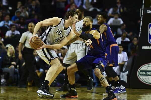 Phoenix Suns Tyson Chandler (R) vies for the ball with San Antonio Spurs´ Pau Gasol (L), during an NBA Global Games match at the Mexico City Arena, on January 14, 2017, in Mexico City. / AFP PHOTO / RONALDO SCHEMIDTRONALDO SCHEMIDT/AFP/Getty Images