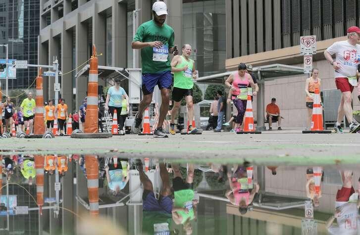 Runners make their way down Lamar Street during the Chevron Houston Marathon on Sunday, Jan. 15, 2017, in Houston. ( Elizabeth Conley / Houston Chronicle )