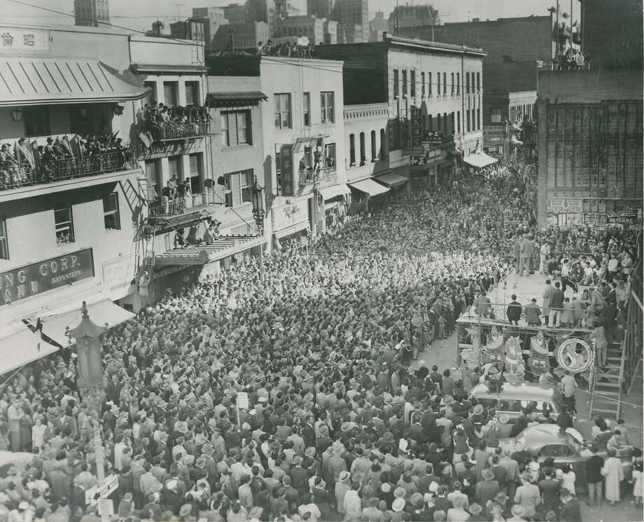 1953: The first year that non-Chinese outsiders were invited to the New Year celebration. 140,000 showed up. Photo: Chronicle Archives