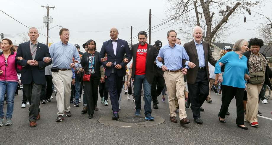 Mayor Ivy Taylor and other local public figures march hand-in-hand in the Martin Luther King Jr. March on Monday, Jan. 16, 2017.  MARVIN PFEIFFER/ mpfeiffer@express-news.net Photo: Marvin Pfeiffer,  Staff / San Antonio Express-News / Express-News 2017
