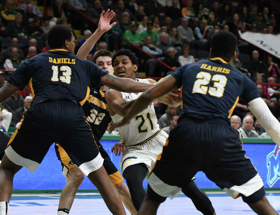 Siena's Ahsante Shivers tries to break through the Quinnipiac defense in the first half at the Times Union Center on Thursday, Jan. 12, 2017, in Albany, N.Y. (Will Waldron/Times Union) Photo: Will Waldron / 20039265A