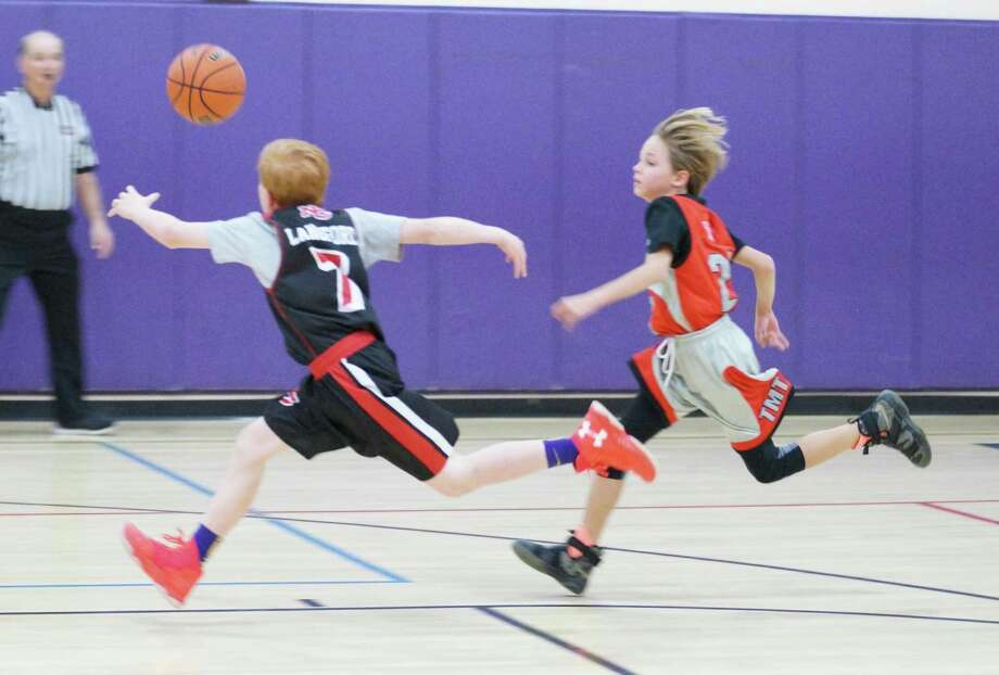 Will Langfored (7) chases down a loose ball during NC 5 Black's 61-17 win over Norwalk youth last Sunday. Photo: Contributed Photo / New Canaan News contributed