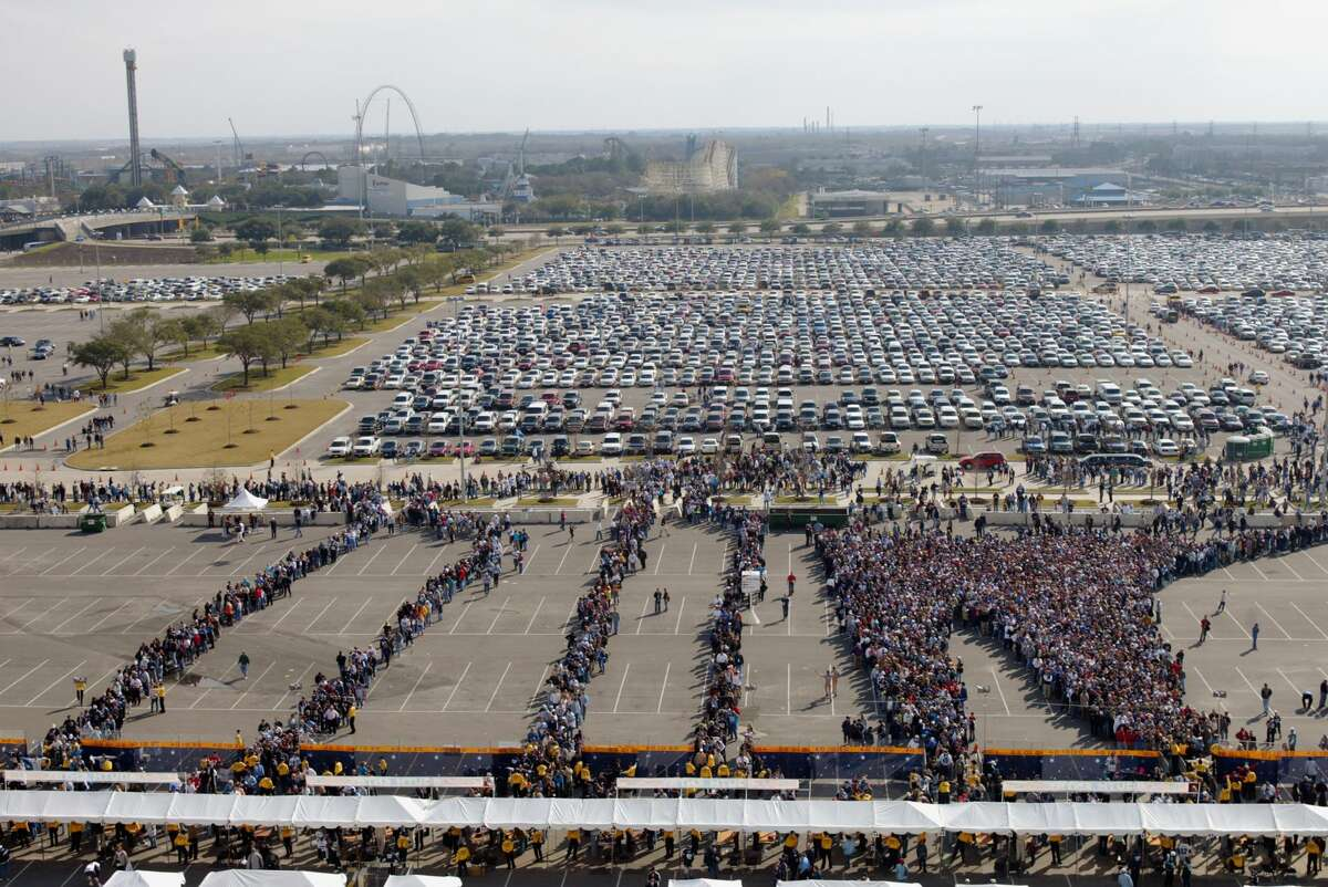 Aww...look at Astroworld in the background! Watching fans enter the stadium will be so much sadder now. (tear)