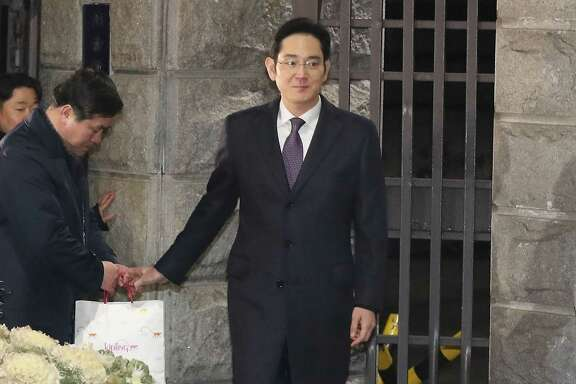 Samsung heir Lee Jae-yong leaves a detention center Wednesday after a court refused to issue an arrest warrant over his role in a corruption scandal.