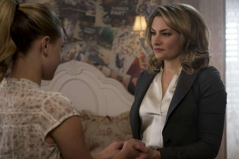 Lili Reinhart as Betty Cooper and Mädchen Amick as her overbearing mom, Alice. Photo: Katie Yu/The CW, The CW