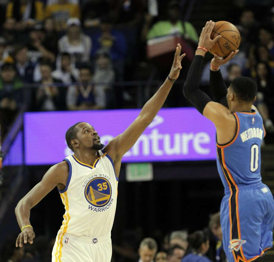 Kevin Durant (35) tries to block a shot by Russell Westbrook (0) as the Golden State Warriors played the Oklahoma City Thunder at Oracle Arena in Oakland, Calif., on Wednesday, January 18, 2017. Photo: Carlos Avila Gonzalez, The Chronicle