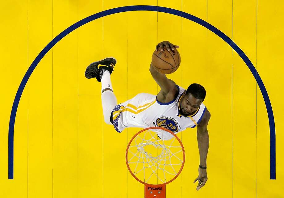 This photo of Kevin Durant dunking looks a lot like the new mural of the player going up in Oakland's Temescal neighborhood.  Photo: Carlos Avila Gonzalez, The Chronicle