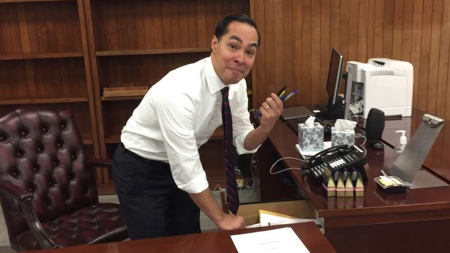 Outgoing HUDJulián Castro packs up his desk on his final day in office Jan. 19, 2017. Photo: Courtesy/Facebook