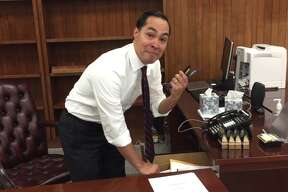 Outgoing HUDJulián Castro packs up his desk on his final day in office Jan. 19, 2017.