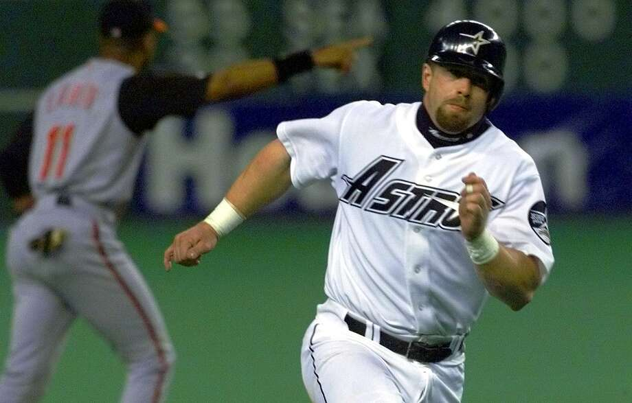 Astros' Jeff Bagwell rounds third to get into scoring position in the fourth inning against the Cincinnati Reds at the Astrodome on Sept. 29, 2001. Photo: Tom Reel /San Antonio Express-News
