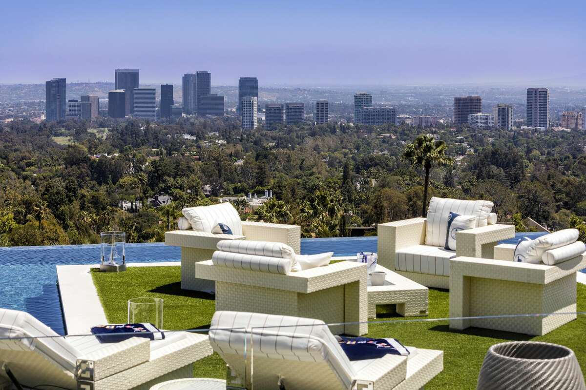 From the decks and garden, take in unobstructed views that span from the snow covered mountains all the way to the Pacific Ocean and the incredible Los Angeles skyline in-between.