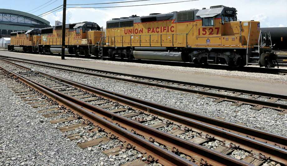 Union Pacific's fourth-quarter profit grew 2 percent to $1.14 billion, beating expectations. Photo: Associated Press /File Photo / Copyright 2016 The Associated Press. All rights reserved.