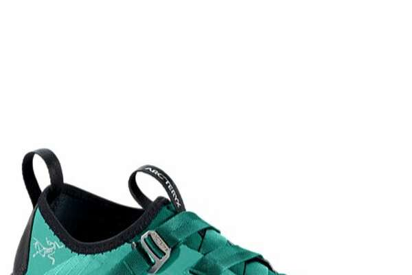 The Arc�teryx Arakys Approach Shoes are ultralight, ideal to wear on climbing adventures, but also perfect for everyday use.