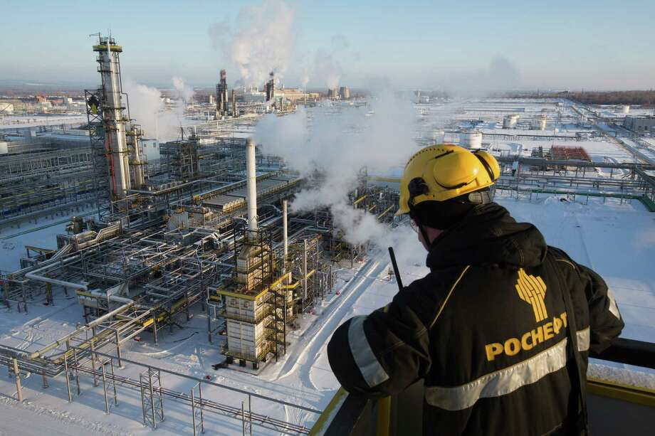A worker overlooks a unit of Russia's Novokuibyshevsk oil refinery. Russia was among the nations that agreed to trim their oil production. Photo: Andrey Rudakov / © 2016 Bloomberg Finance LP