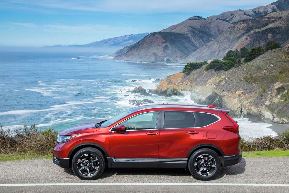 The new CR-V styling heads in a fresh new direction with an aggressive attitude, thanks to crisp and sharp front-end design elements, aggressive stylized headlights surrounded by a wing-shaped LED DRL array on all trims, and wide, muscular fenders. Photo: Honda / © 2016 American Honda Motor Co., Inc.