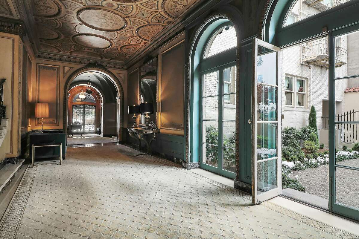 The building's foyer features grand proportions and stylish accents.�
