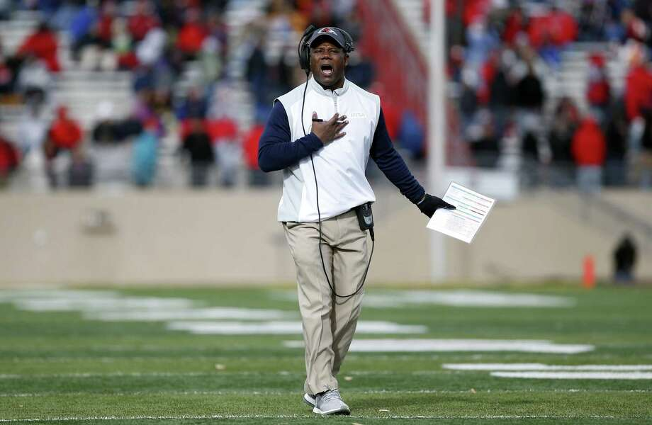 UTSA coach Frank Wilson reacts to an official's call during the first half of the New Mexico Bowl in Albuquerque on Dec. 17, 2016. Photo: Andres Leighton /Associated PRess / FR171260 AP