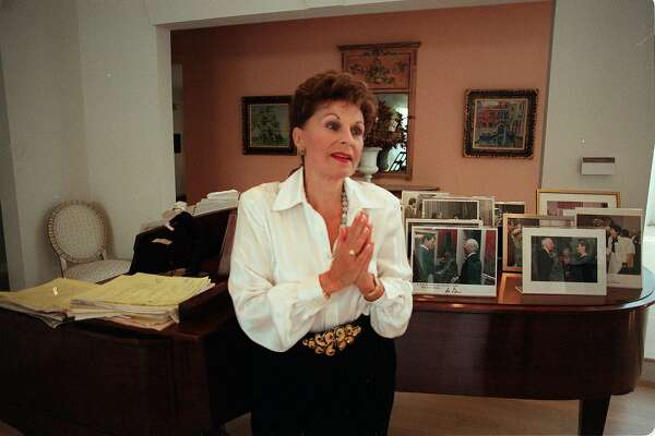 FILE � Roberta Peters, the acclaimed soprano, at her home in Scarsdale, N.Y., Oct. 3, 2000. Peters, whose association with the Metropolitan Opera began with a memorable emergency debut in 1950 and lasted an extraordinary 35 years, died in Rye, N.Y. on Jan. 18, 2017. She was 86. (Librado Romero/The New York Times)