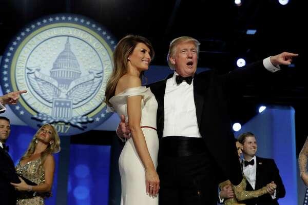 Presidente Donald Trump junto con su esposa Melania Trump saluda a los asistentes al Baile Libertad, uno de los festejos de su investifura, 20 de enero de 2017. (AP Foto/Evan Vucci)
