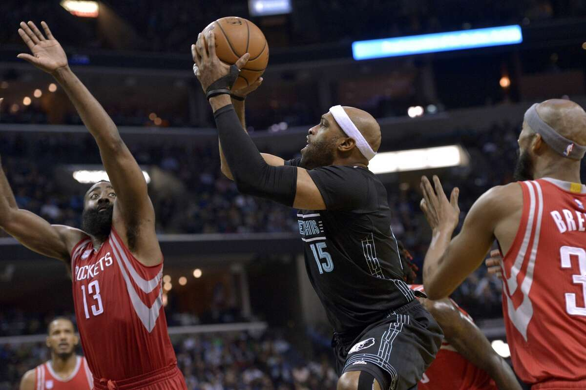 Memphis Grizzlies guard Vince Carter (15) shoots between Houston Rockets guard James Harden (13) and forward Corey Brewer, right, in the second half of an NBA basketball game Saturday, Jan. 21, 2017, in Memphis, Tenn. (AP Photo/Brandon Dill)
