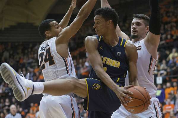 California's Ivan Rabb, center, is doubled-teamed by Oregon State's Kendal Manuel, left, and Gligorije Rakocevic, right, during the first half of an NCAA college basketball game in Corvallis, Ore., Saturday, Jan. 21, 2017. (AP Photo/Timothy J. Gonzalez)