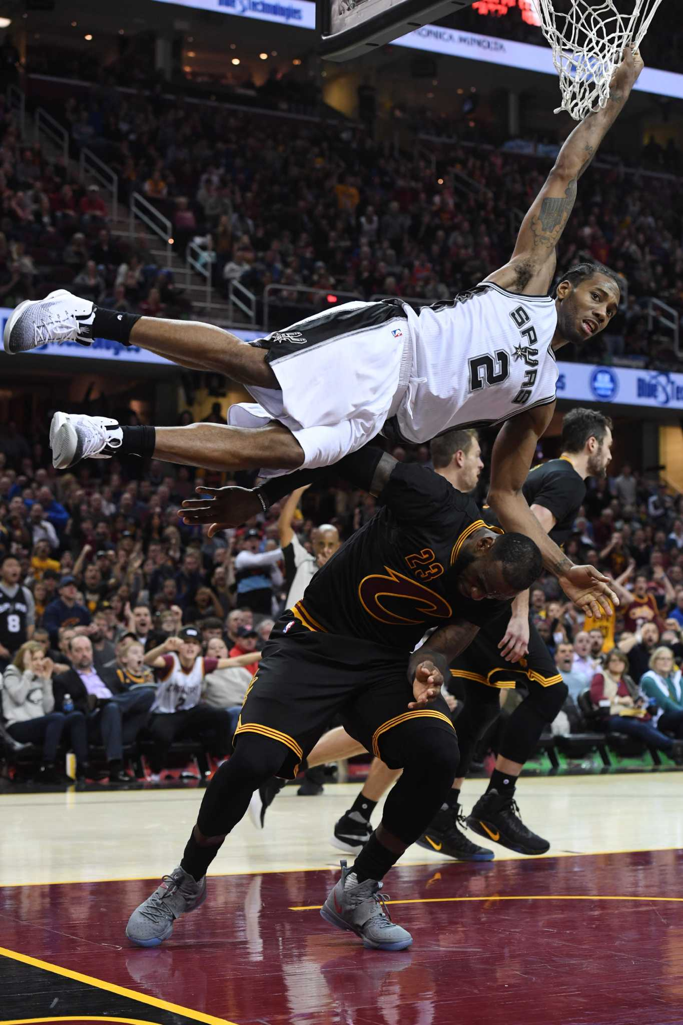 NBA: Kawhi Leonard, Spurs hold off Cavaliers in overtime