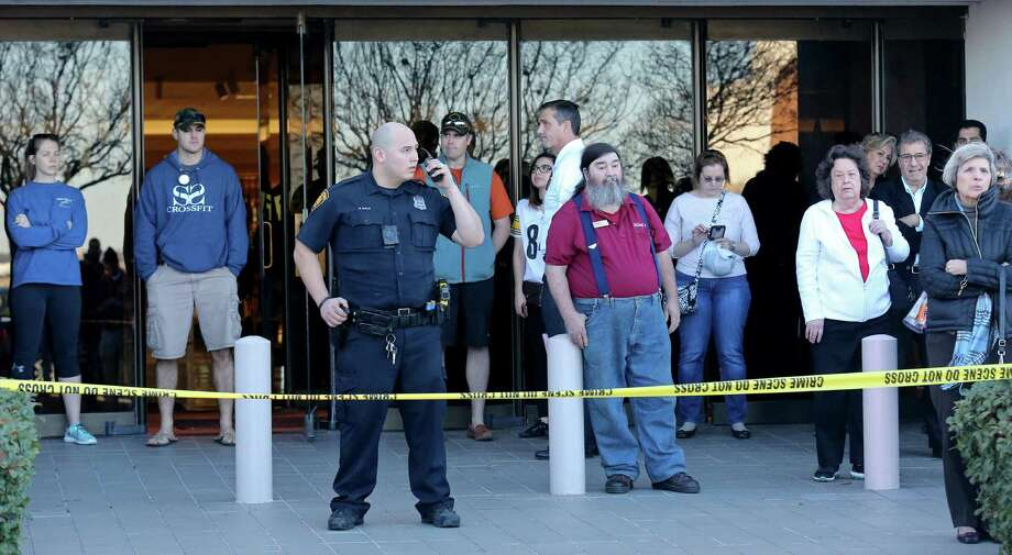 Law enforcement personnel work the scene of a shooting at Rolling Oaks Mall Sunday, Jan. 22, 2017. Photo: Edward A. Ornelas, Staff / San Antonio Express-News / © 2017 San Antonio Express-News