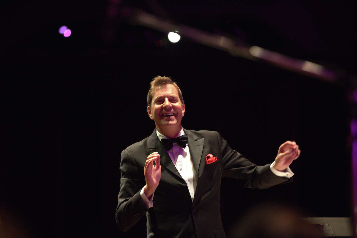 Steven Reineke returns as POPS conductor at the Houston Symphony for its 2017-18 season.