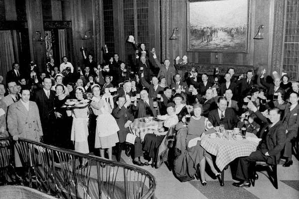 This is the scene in one of the Chicago Loop hotels when beer started flowing, April 7, 1933, following the repeal of prohibition. (AP Photo)