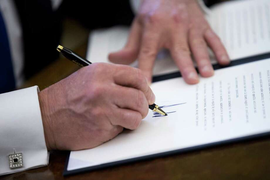 President Donald Trump signs an executive order relating to oil pipelines. Photo: Shawn Thew / © 2017 Bloomberg Finance LP