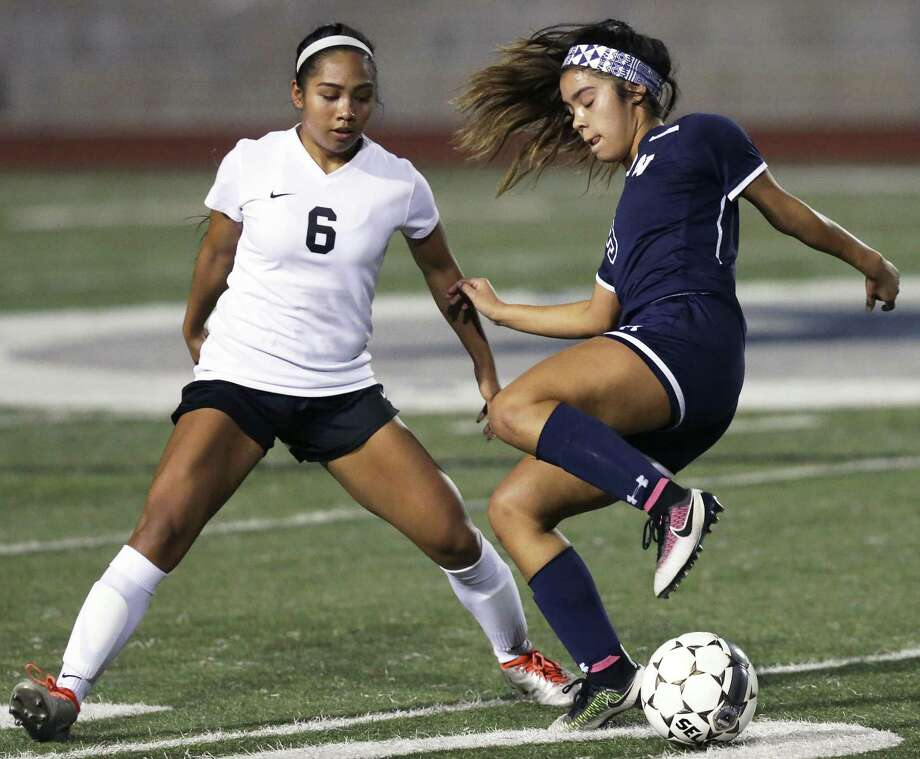 Smithson Valley's Gaby Valdez (right) dribbles into a pivot in front of Steele's Jazlyn Ajel on Jan. 24, 2017. Photo: Tom Reel /San Antonio Express-News / 2017 SAN ANTONIO EXPRESS-NEWS