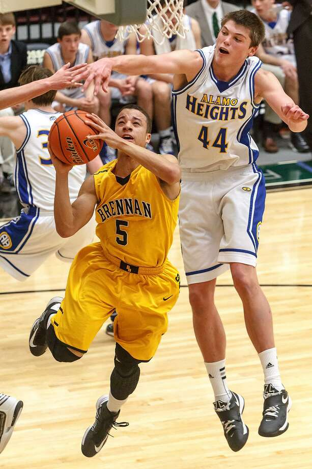 Alamo Heights' Ben Lammers (44), shown here in the 2013 Region IV-4A final vs. Brennan's John Azzinaro (left), will participate in the NBA's Charlotte Hornets' mini-camp next week in Las Vegas. Photo: Marvin Pfeiffer /San Antonio Express-News / Prime Time Newspapers 2013