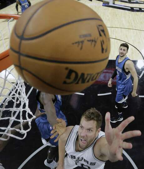 David Lee scores against Minnesota on Jan. 17 at the AT&T Center to help trigger what would become a five-game winning streak. Photo: Eric Gay /Associated Press / Copyright 2017 The Associated Press. All rights reserved.