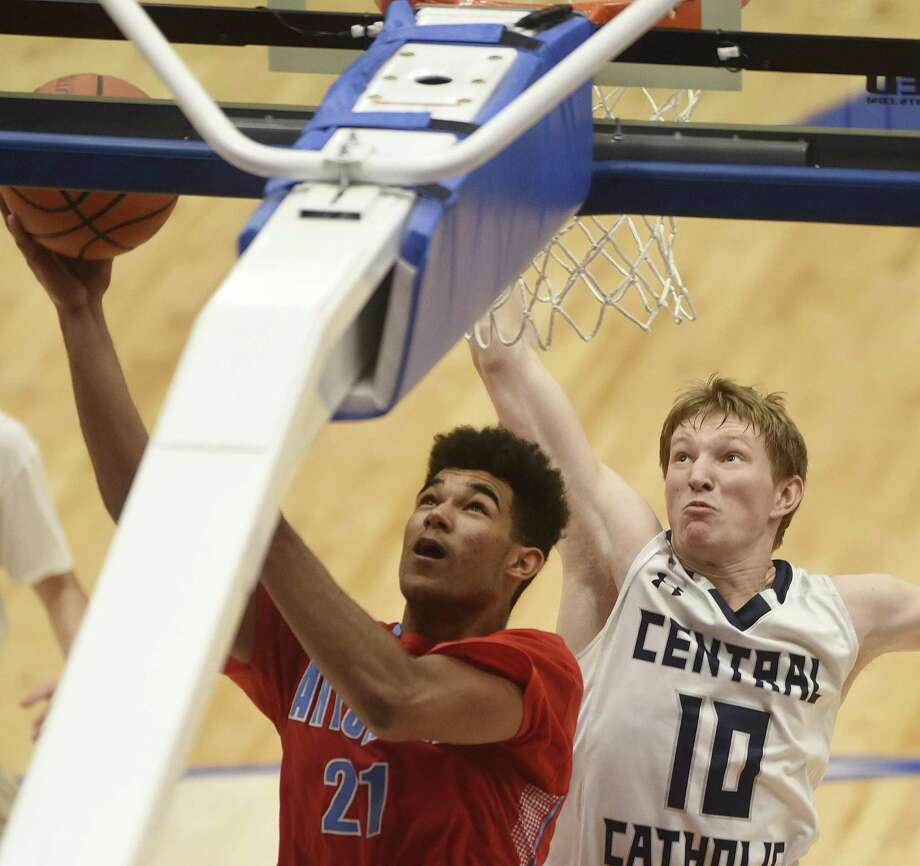 Devin Grant (21) of Antonian scores on a layup as Grant Kellar (10) of Central Catholic gives chase during TAPPS 2-5A boys basketball action at the Northside ISD gym on Thursday, Jan. 26, 2017. Photo: Billy Calzada, Staff / San Antonio Express-News / San Antonio Express-News