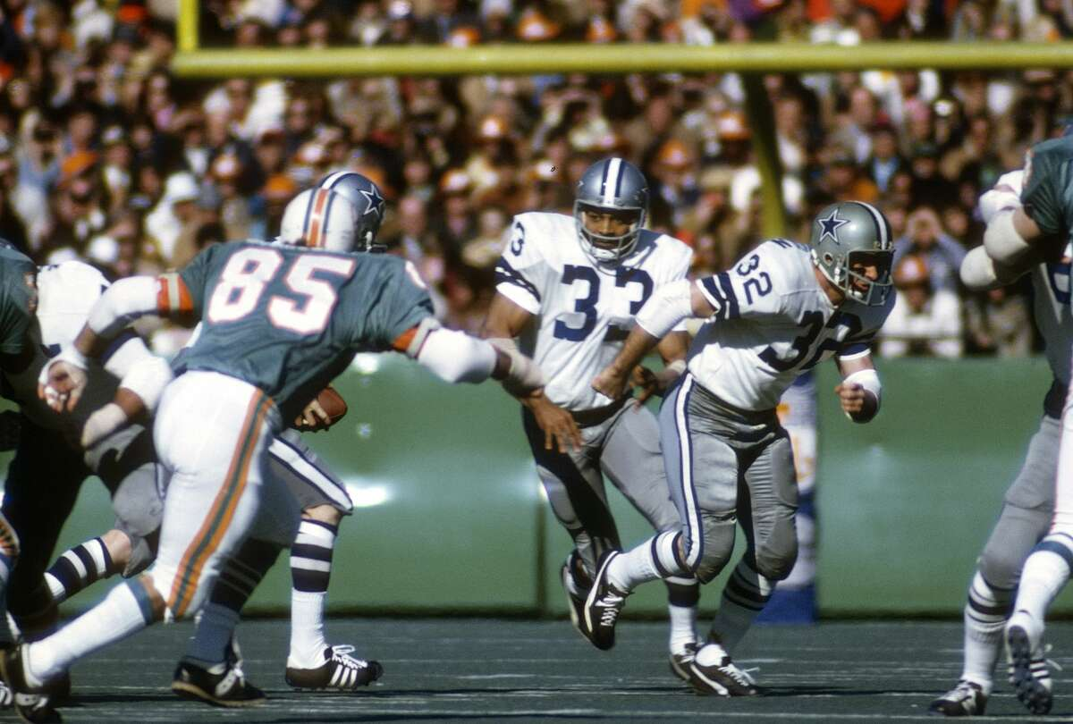 NEW ORLEANS, LA - JANUARY 16: Duane Thomas #33 of the Dallas Cowboys looks to take the handoff against the Miami Dolphins during Super Bowl VI at Tulane Stadium January 16, 1972 in New Orleans, Louisiana. The Cowboys won the Super Bowl 24-3. (Photo by Focus on Sport/Getty Images)