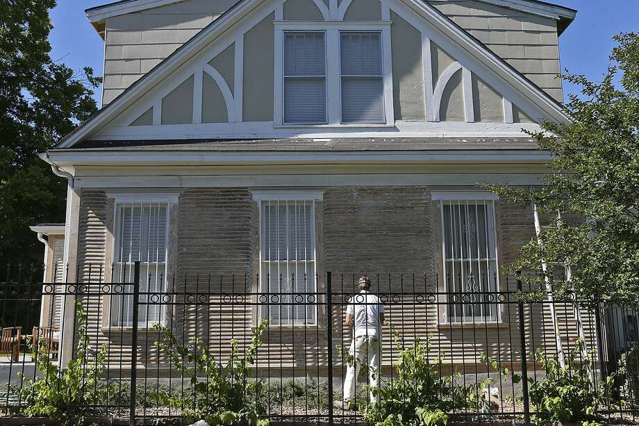 In 2015, a contractor prepares a house for painting at the corner of North Pine Street and Burnet Street in the Dignowity Historical District. The neighborhood is still undergoing gentrification. The city should help low-income residents stay in the face of gentrification. Photo: JERRY LARA /San Antonio Express-News / © 2015 San Antonio Express-News