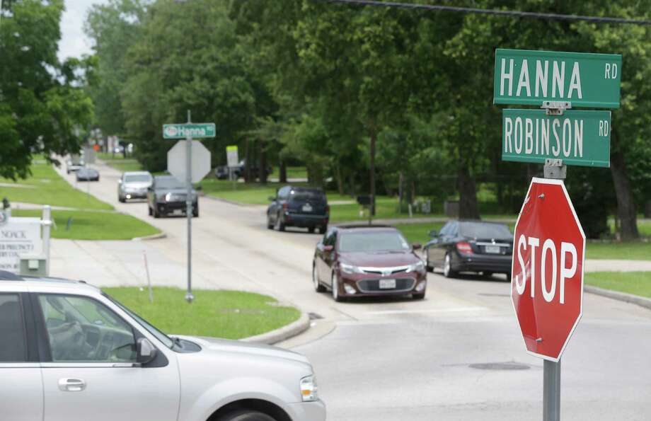 Traffic is shown along Robinson and Hanna Saturday, June 27, 2015, in Oak Ridge.  Before Oak Ridge can build a town center, the town must realign and widen Robinson. ( Melissa Phillip / Houston Chronicle ) Photo: Melissa Phillip, Staff / © 2015  Houston Chronicle
