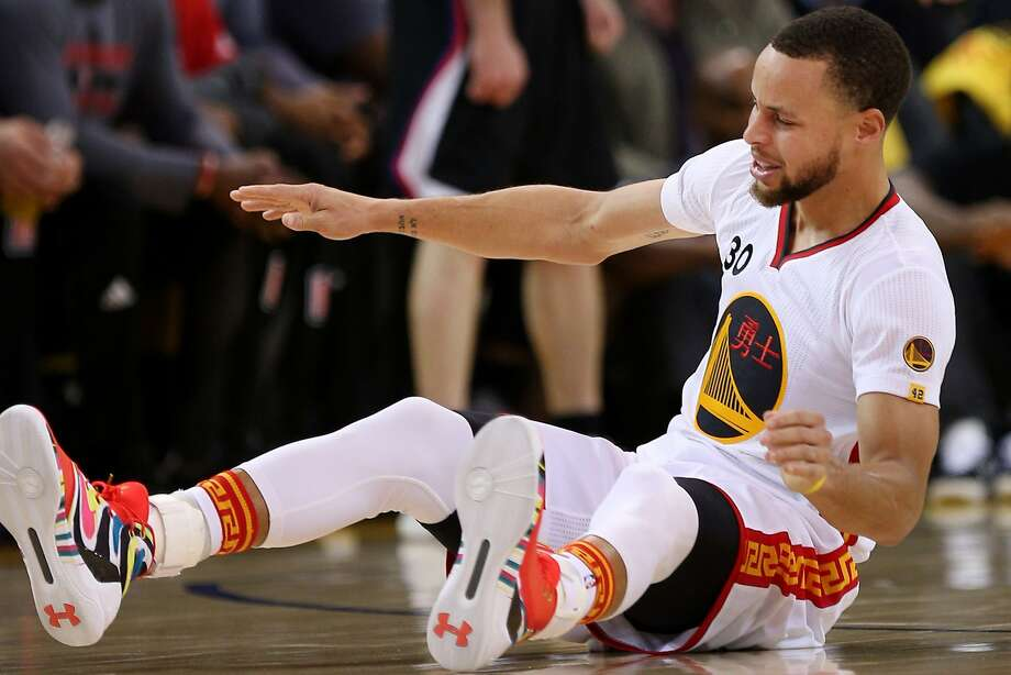 Golden State Warriors guard Stephen Curry (30) loses his balance and falls to the floor during the first quarter of an NBA basketball game between the Golden State Warriors and the Los Angeles Clippers at Oracle Arena on Saturday, Jan. 28, 2017 in Oakland, Calif. Photo: Santiago Mejia, The Chronicle